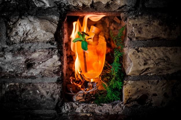 Heißes orangensaftgetränk gegen die flamme