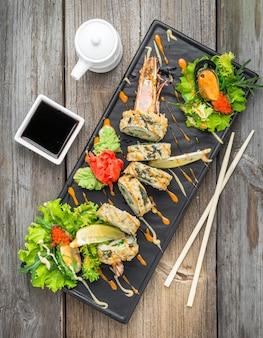Heißes tempura-brötchen mit garnelen und käse, garnelen im tempura
