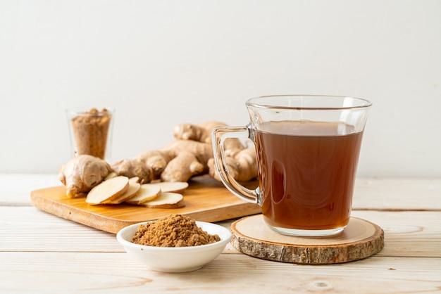Heißes und süßes ingwersaftglas mit ingwerwurzeln - gesunde getränkeart