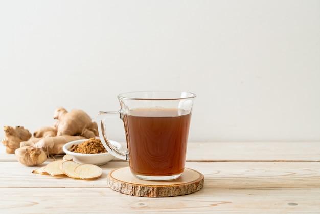 Heißes und süßes ingwersaftglas mit ingwerwurzeln. gesunder getränkestil