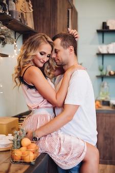 Heißes verliebtes paar feiert gemeinsam neues jahr