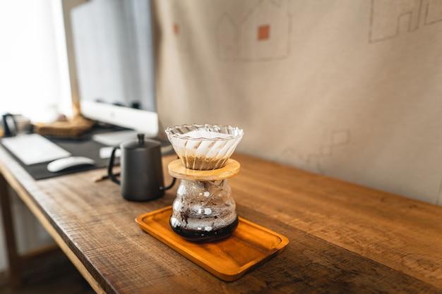 Heißes wasser in den kaffeetropfer über dem glasgefäß.