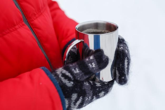 Heißes wintergetränk auf schnee im wald