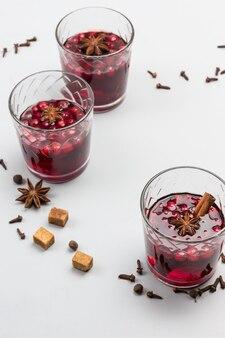 Heißes wintergetränk mit preiselbeeren und gewürzen
