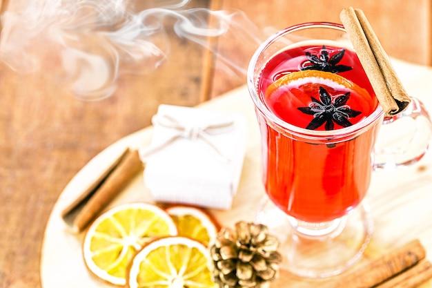 Heißes wintergetränk, mit rauch und dampf, heißer weihnachtswein, bekannt als glühwein, spanischer sangria, glühwein und glühwein.