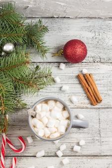 Heißes wintergetränk. weihnachtsheiße schokolade oder -kakao mit eibisch auf weiß mit weihnachtsdekorationen