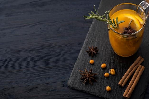 Heißgetränk aus sanddorn. vitaminhaltiger gesunder sanddorntee. exemplar