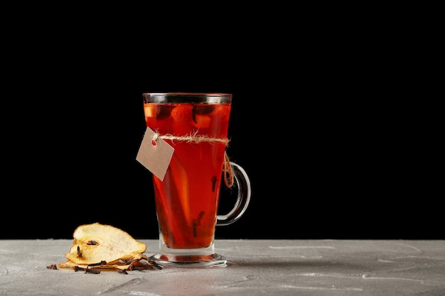 Heißgetränk mit birne in einem glühweinglas