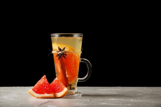 Heißgetränk mit grapefruit in einem glühweinglas