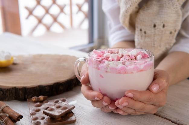 Heißgetränk mit marshmallows auf einem holztisch