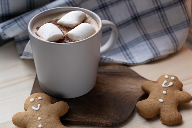 Heißgetränk mit marshmallows und lebkuchenmännern