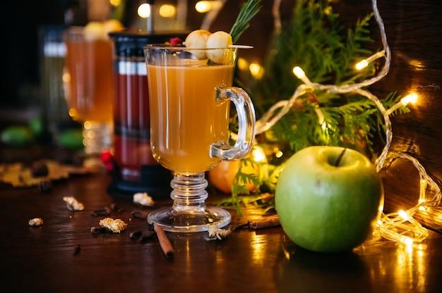 Heißgetränkecocktail für neujahr, weihnachten, winter oder herbstferien. grog. glühbirnenmost oder gewürztee oder grog