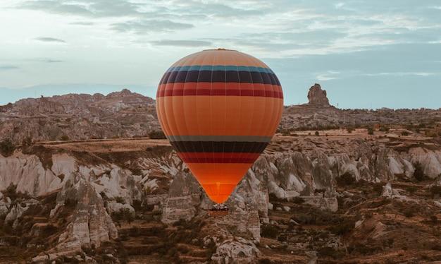 Heißluftballon, der im morgengrauen über kappadokien fliegt