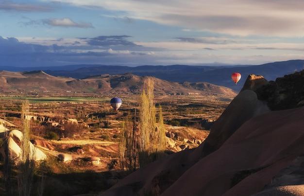 Heißluftballon, der über großartiges cappadocia fliegt
