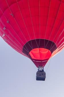 Heißluftballon fliegt bei sonnenaufgang