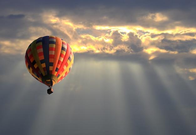 Heißluftballon im sonnenunterganghimmel