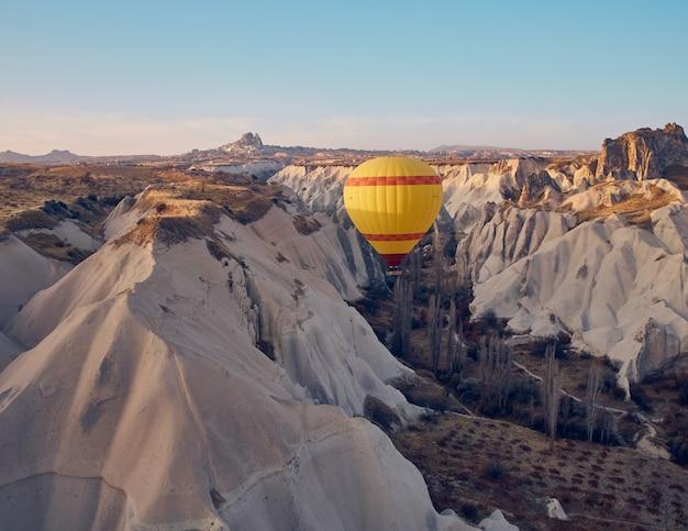 Heißluftballon in kappadokien am sonnenaufgang.