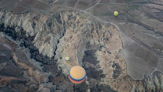 Heißluftballon mit kappadokien-landschaft
