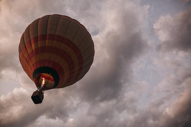Heißluftballon über dem grünen reisfeld. zusammensetzung der natur und des blauen himmels