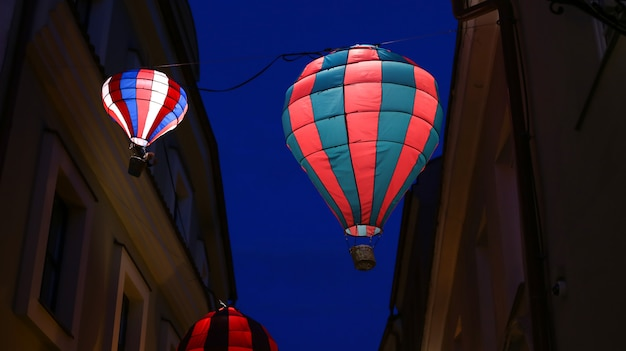Heißluftballondekoration nachts auf straße in vilnius litauen, luftfahrzeug