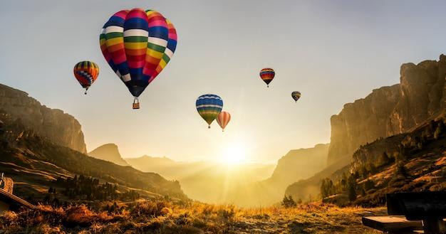 Heißluftballonfestival der naturlandschaft im himmel.