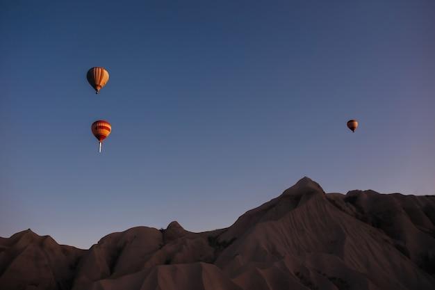 Heißluftballonparade in kappadokien bei sonnenaufgang