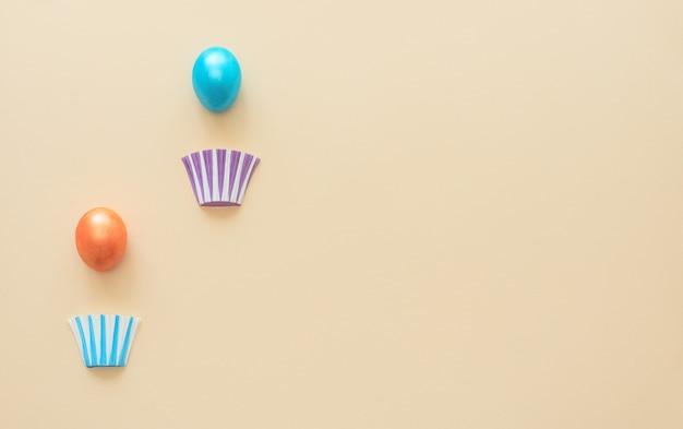 Heißluftballons aus verzierten ostereiern mit körben auf gelb