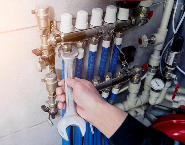 Heizungsingenieur, der modernes heizsystem im heizraum installiert. automatische steuereinheit.
