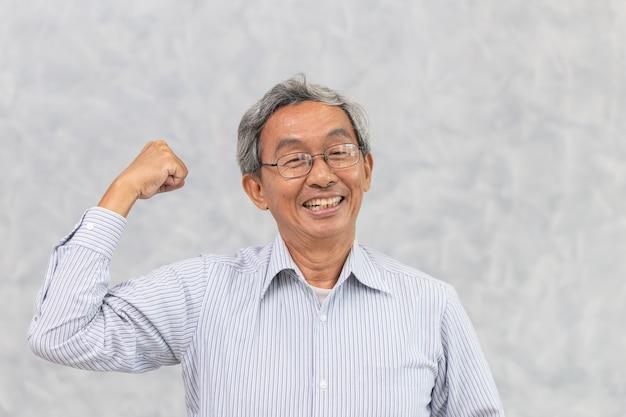 Helathy starkes chinesisches asiatisches älteres glückliches lächeln mit erholt von der koronavirus-krankheit.