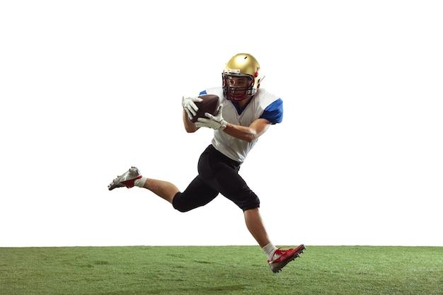 Held starker american-football-spieler isoliert auf weißem studiohintergrund mit exemplar