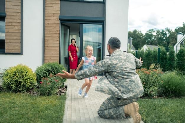 Held zu hause. frau und tochter treffen ihren amerikanischen helden nach dem militärdienst zu hause