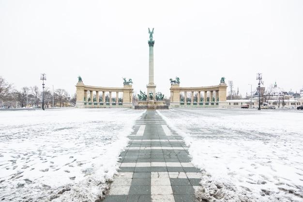Heldenplatz in budapest mit schnee