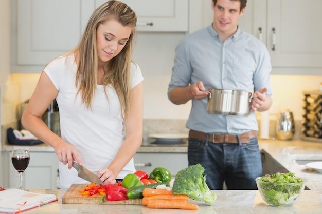 Helfende frau des mannes mit dem kochen