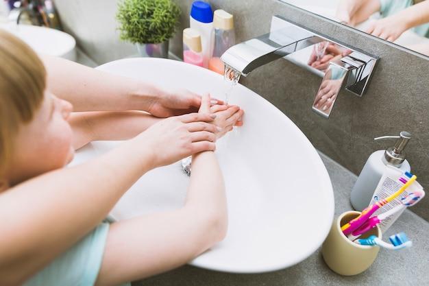 Helfende tochter der erntemutter im badezimmer