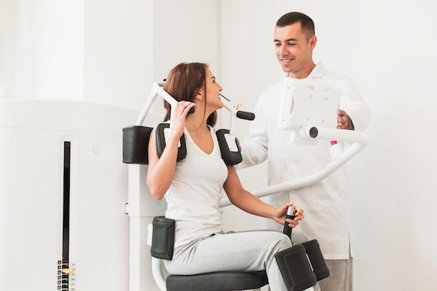 Helfender patient doktors mit medizinischem arbeiten maschine aus