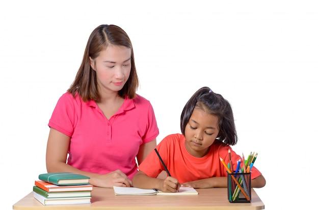 Helfendes kind des jungen lehrers mit der schreibenslektion getrennt auf weiß