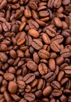 Hell gebraten mit rauchigen körnern, kaffeebohnen.