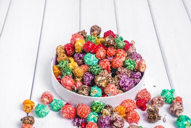 Hell gefärbtes kandiertes popcorn, weiße oberfläche