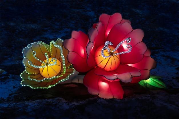 Hell leuchtende laternen in form von blumen und chinesischem kohl beim festival der chinesischen leuchtenden laternenlichter
