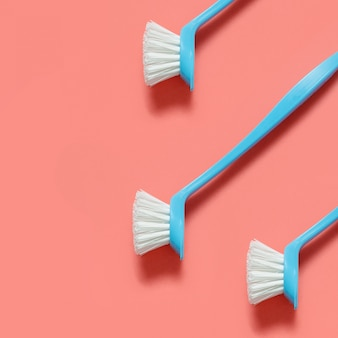 Hellblaue bürste des baums für das waschende geschirrlügen