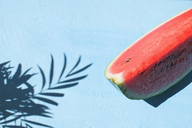 Hellblaue draufsicht hintergrund der neuen roten wassermelonenscheibe