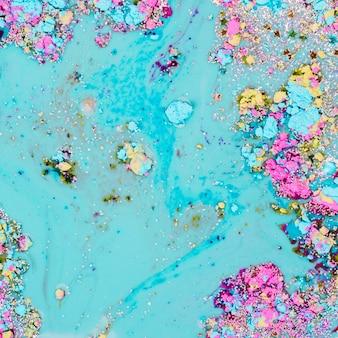 Hellblaue flüssigkeit, die mit dekorativen sternen und hellen stückchen mischt
