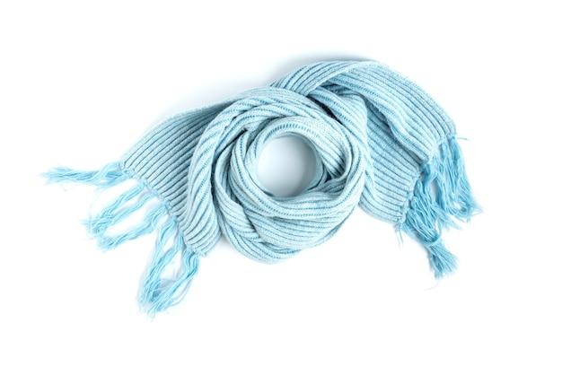 Hellblauer gestrickter warmer schal lokalisiert auf einem weiß