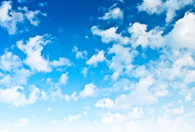 Hellblauer himmel mit spärlichen wolken