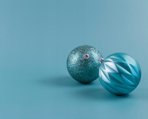 Hellblauer hintergrund und weihnachtsschmuck