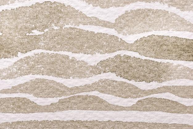 Hellbraune und weiße farben des abstrakten kunsthintergrunds. aquarellmalerei auf leinwand mit beigem wellenmuster. fragment des kunstwerks auf papier mit sandwellenlinie.