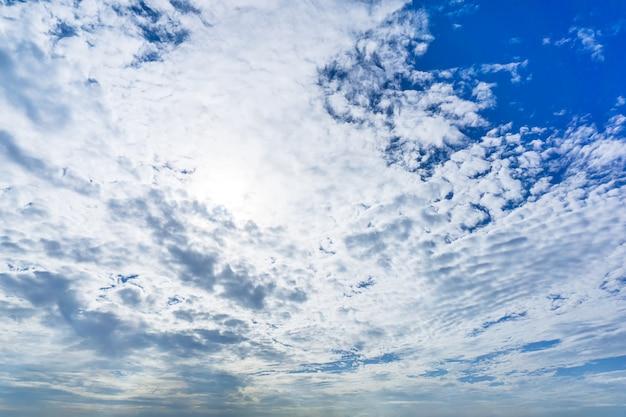 Helle bewölkte tages- und himmelnatur