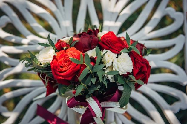 Helle blumenanordnung von roten und weißen rosen