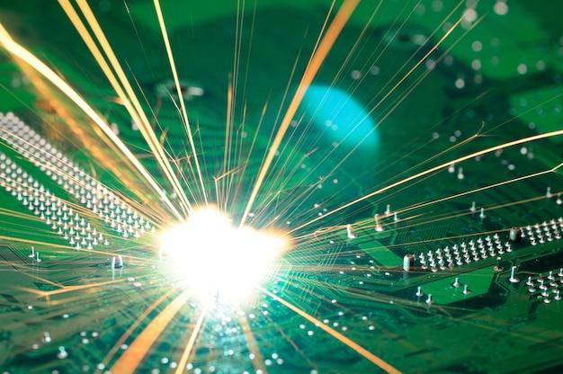 Helle brennende funken fliegen vom chip komplexer elektronischer geräte