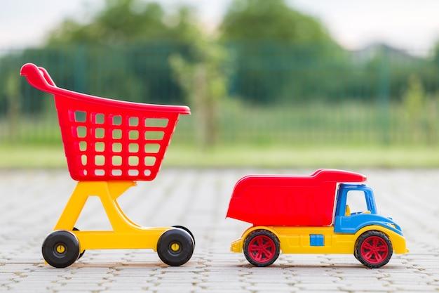 Helle bunte plastikspielwaren für kinder draußen